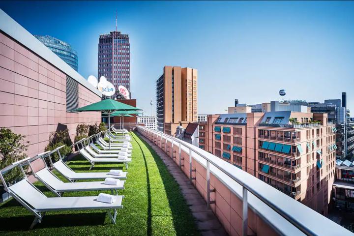 Sonnenterrasse auf dem Dach des Club Olympus im Grand Hyatt Berlin